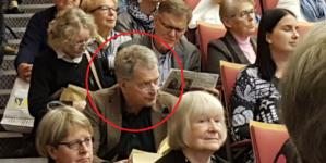 Ovo na slici je predsjednik Finske koji je na predavanju sjeo na stepenice jer na stolicama nije bilo mjesta