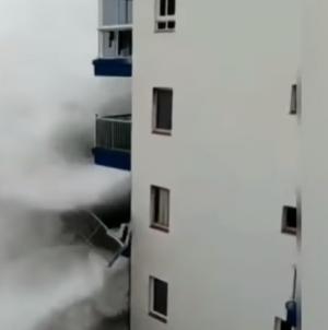 Strašno nevrijeme poharalo hit turističku destinaciju, valovi ruše balkone: 'Došli su do 3. sprata!'
