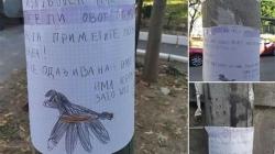 Dječak oblijepio bandere sa crtežom i tužnom porukom