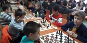 Tuzla: Osnovci iz TK na najmasovnijem šahovskom takmičenju u Tuzlanskom kantonu