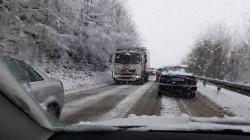 Zbog snijega u većem dijelu BiH saobraćaj se odvija otežano i usporeno