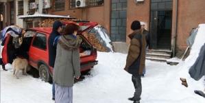 I ovo je BiH: Halida sa porodicom živi u dva stara automobila (VIDEO)
