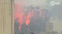 Centar Atine bio u dimu: Povrijeđeno 25 policajaca, sedam osoba uhapšeno