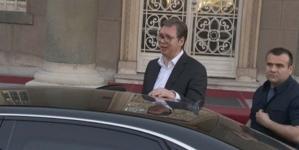 Vučić izašao iz zgrade Predsjedništva Srbije, demonstranti ga brutalno izvrijeđali