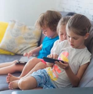 Dugotrajno korištenje mobilnih telefona i tableta može naštetiti mališanima