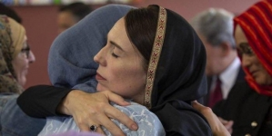 Premijerka Novog Zelanda noseći crnu maramu posjetila porodice žrtava terorističkog napada