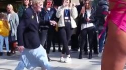 Pogledajte snimak starice koja je zaplesala nasred ulice i oduševila sve