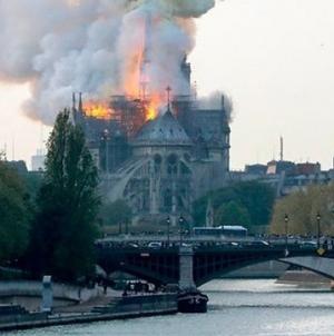 Gori čuvena katedrala Notre Dame u Parizu