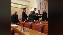 Užasni prizori iz Hrvatskog sabora, Pernar iznesen, Bunjac prijetio smrću / VIDEO/