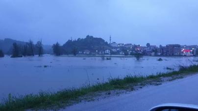U Bihaću poplavljene ceste i desetak kuća, u Cazinu stavljaju vreće s pijeskom zbog izlijevanja Mutnice
