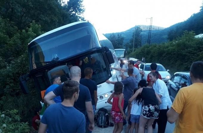 Autobus umalo završio u rijeci Bosni nakon vožnje alternativnim putem u Vranduku