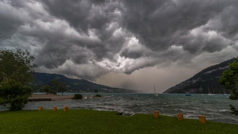 NEVRIJEME U EVROPI ODNOSI ŽRTVE: Oluja DIVLJA 122 km/h, obara drveće i prevrće čamce (VIDEO)