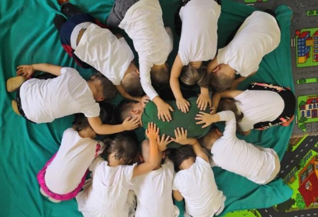 Opomena naše djece: Maleni Tuzlaci svojim tijelima formirali Cvijet Srebrenice