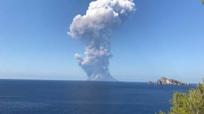 U Italiji eruptirao vulkan, turisti skakali u more