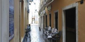 Bijes na Jadranu: Dozlogrdila mu buka sa terase obližnjeg kafića, pa sa balkona goste zalio kantom hladne vode