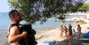 Bosanac sa harmonikom napravio šou na plaži u Hrvatskoj
