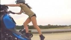 Luda vožnja: Nevjerovatni performans djevojke na motociklu