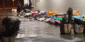 Užasne scene na stanici: Migranti spavaju na kiši, Tuzli prijeti humanitarna katastrofa