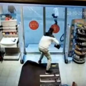 Radnice zatvorile staklena vrata, lopov iz sve snage udarao u vrata da pobjegne