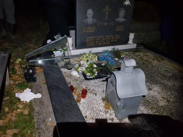 GO HDZ BiH Tuzla: Najoštrije osuđujemo vandalski čin kojim  je oskrnavljeno katoličko groblje Veresika u naselju Tetima. Na ovaj primitivan i