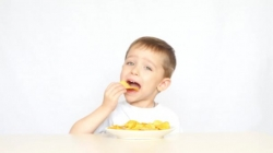 Izbjegavajte mališanima mlađim od tri godine davati čips