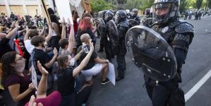 Burna noć u mnogim američkim gradovima: Demonstranti rastjerani suzavcem i gumenim mecima