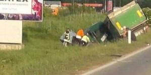 Tri osobe poginule, a dvije povrijeđene u sudaru kamiona i dva auta kod Lukavca