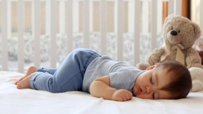 Djeca trebaju spavati u svojim krevetićima