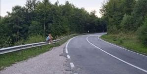 Tužna slika BiH: Dječak u suzama pored puta u Kladnju jer su mu ukrali kupine