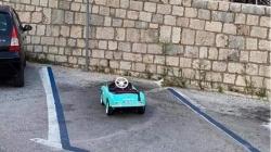 """Fotka iz Dubrovnika postala hit na Fejsu zbog """"vozila"""" koje se nalazi na parkingu"""