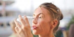 Razlozi zašto ne treba piti vodu koja je preko noći bila u čaši