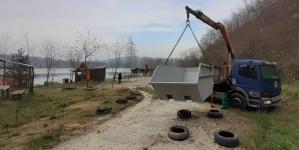 Na jezeru Šićki Brod postavljen kontejner za smeće