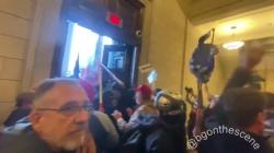Društvenim mrežama kruži video momenta kada su Trumpove pristalice ušle u Kongres