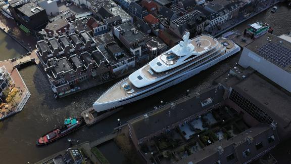 Ogromna superjahta prošla kroz uske kanale u Nizozemskoj