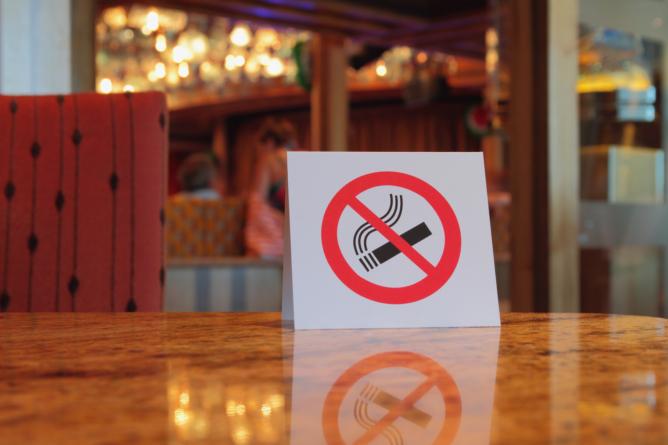 Za pušenje cigarete u kafiću novim zakonom predviđena kazna od 100 KM, konobar dužan upozoriti