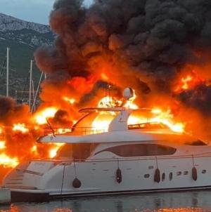 U Kaštelima u Hrvatskoj gore brodovi, čula se eksplozija