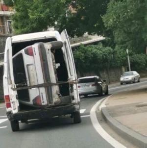 Neobičan prizor u Konjicu: Golfa 2 vozili u kombiju